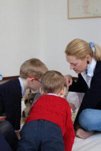 Zwei Kinder schauen sehr neugierig in das Buch, das vorgelesen wird.